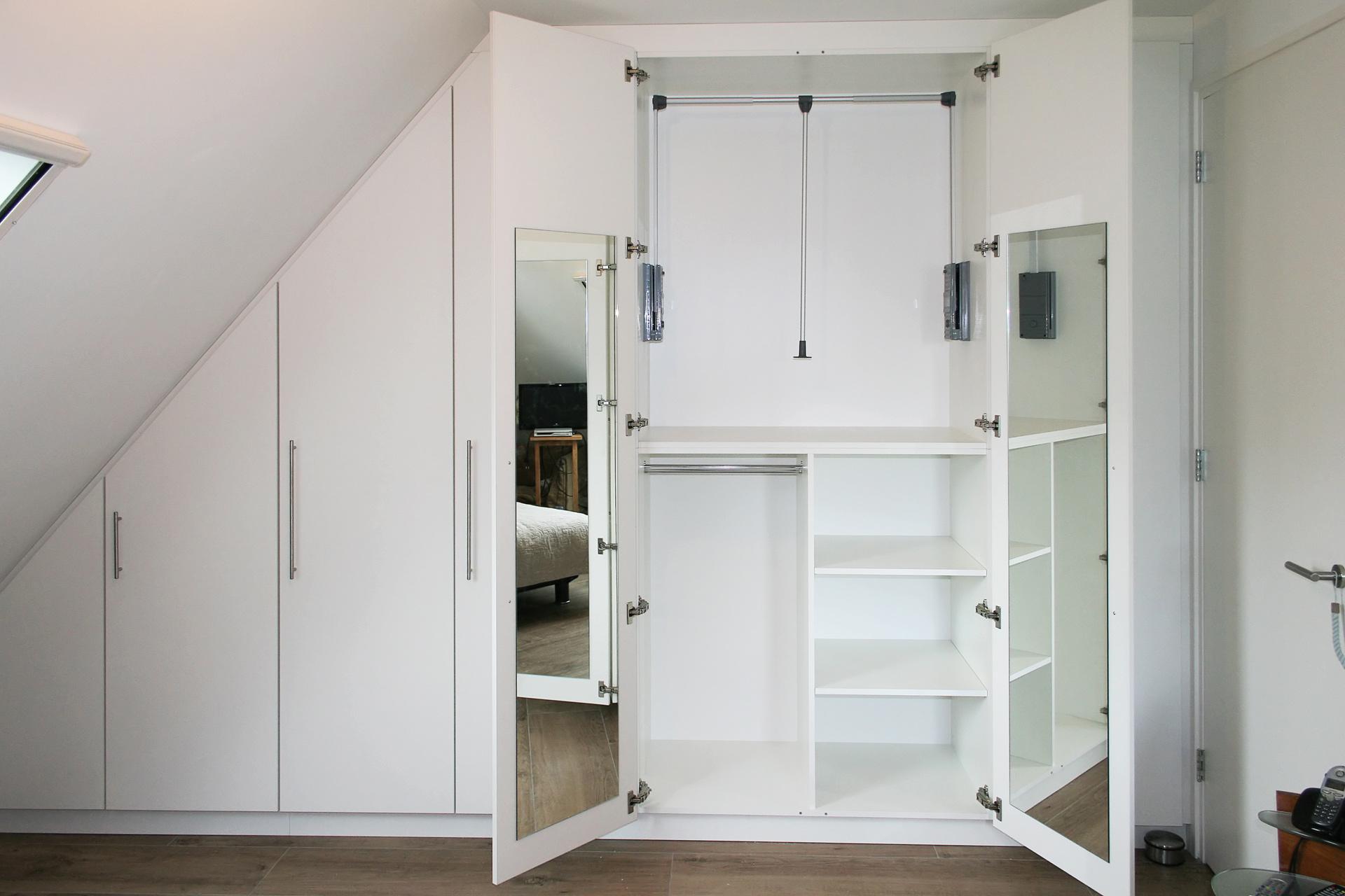 Kledingkast onder een schuine kap erjo maatwerk interieur - Kledingkast en dressoir ...